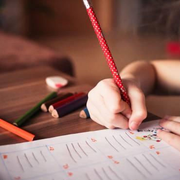 IRPF: ¿Qué comunidades autónomas contemplan deducciones por los gastos en guardería, material escolar, libros de texto, estudios o ayudas domésticas?